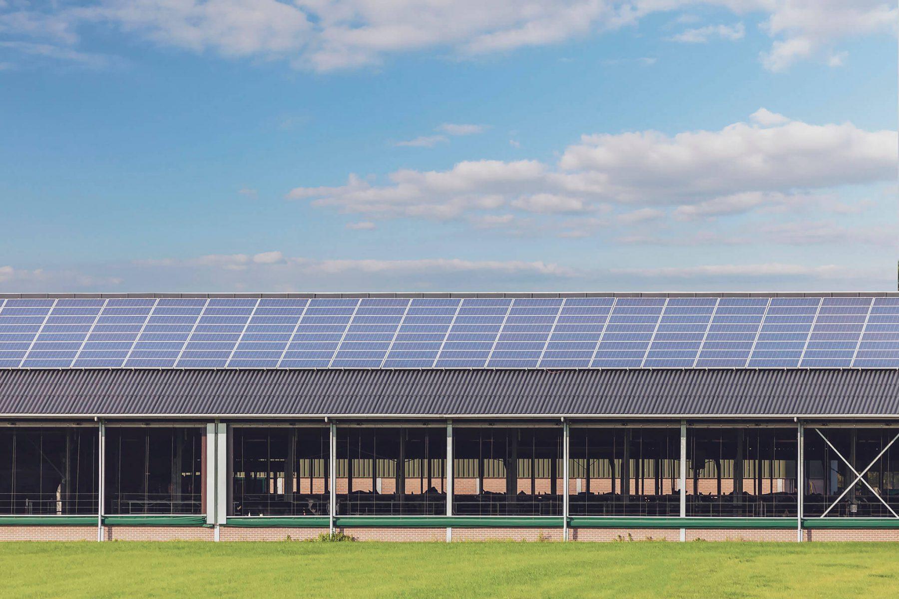 Zonnepanelen op boerderij schuur dak